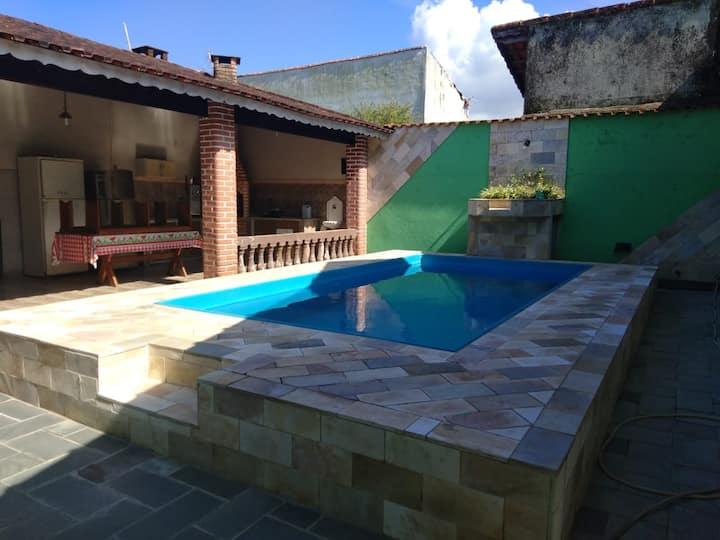 Casa em Mongaguá com piscina para 12 hóspedes.