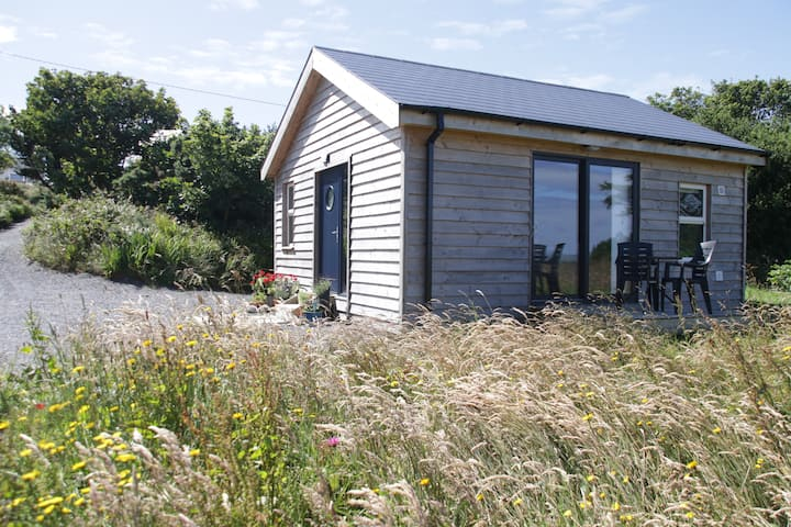 Schull. Elegant Chalet, Beautiful views. Sleeps 2