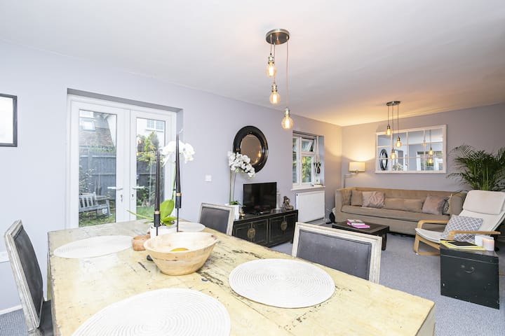 Beautiful Epping flat with off road parking.