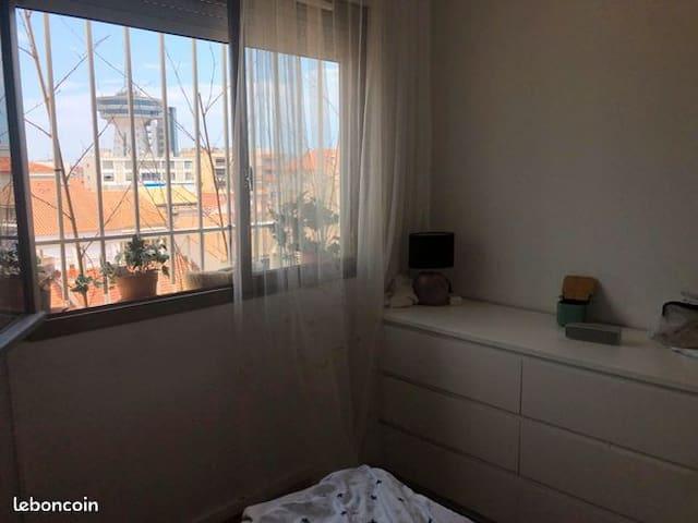 la chambre vue de jour, vue sur les toits du village et le phare de la meditteranée.