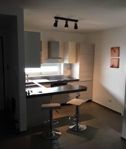 La cucina e il bagno sono sullo stesso piano, ma immediatamente prima dove si trovano i due sgabelli c'è un gradino.