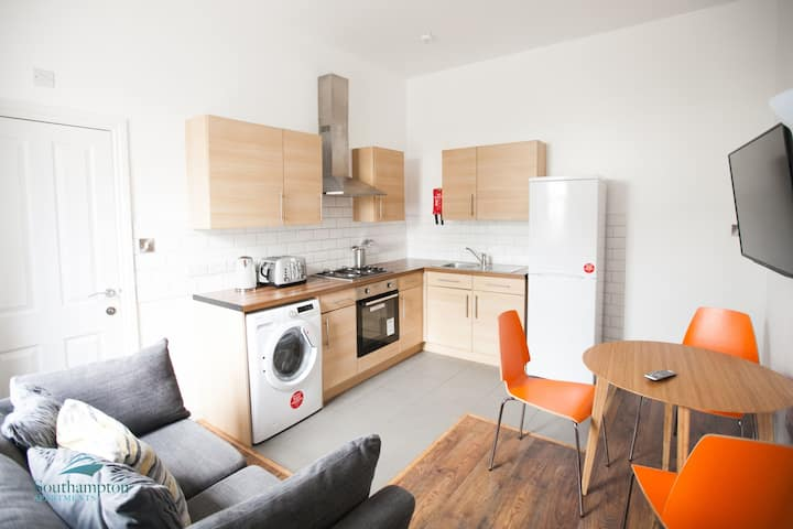 Smart 3 bed Southampton flat to delight 6 guests