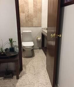 Acceso al baño de aproximadamente 66 centímetros