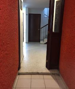 Es la puerta de acceso Principal a la casa, mide 83 centímetros