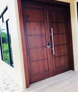 Puerta de 2 metros de ancho. Door with 2 meters width