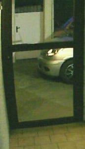 SAS d'entrée avec serrure. Pente donnant accès à l'entrée du pavillon. Refermer impérativement les portes !!!!!