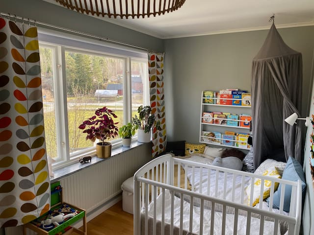 Bedroom 5 with 140x200 cm and crib.