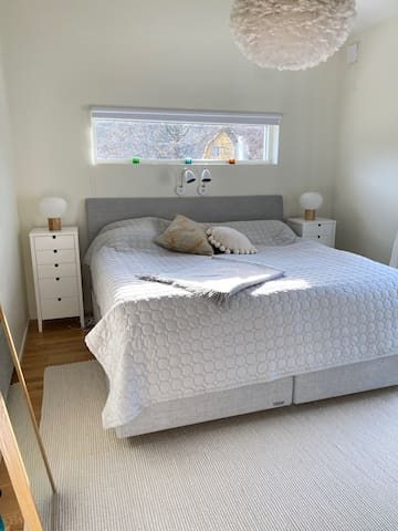 Master bedroom with 210x210 cm bed.