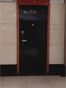 在电梯口左手边,很方便 光线灯光也OK