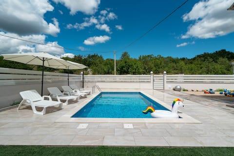 Luxury apartment with heated pool KLIS 1