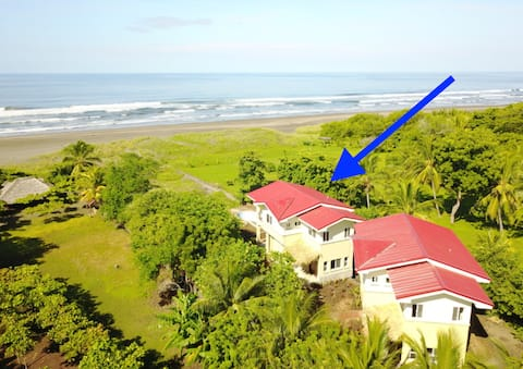 Oceanfront home and swimming pool in Aposentillo