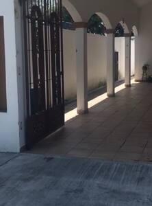 Casa de una planta perfectamente espaciosa y puertas anchas para sillas de ruedas .