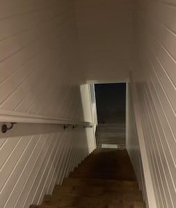 Trapp opp/ned fra inngangen til leiligheten.