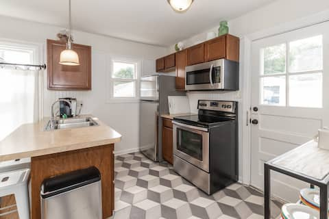 Adorable Bungalow 3 blocks from the 1st TURN