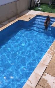 Casa adosada con piscina particular, cerca Playa