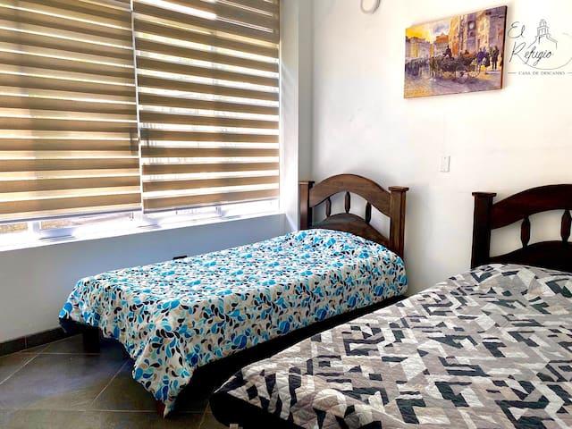 Habitación con dos camas sencillas / Room with two single beds