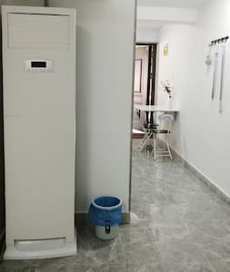 就在一楼,只有大门上有一个门槛,门里外都是平坦的路