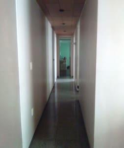 Roll amplo,plano  e iluminado dando acesso as suites