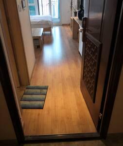 户内光线明亮,房间内的活动区域平坦宽敞,没有楼梯和台阶,方便房客出入!