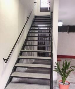 Escalera amplia (108 cms.) para accesar a el Loft.