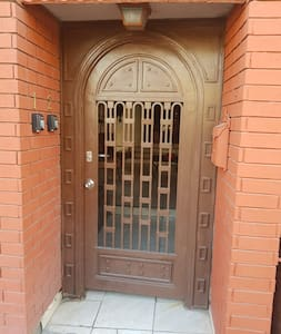 Amplia puerta principal 90 cms. por 2 mt de altura.