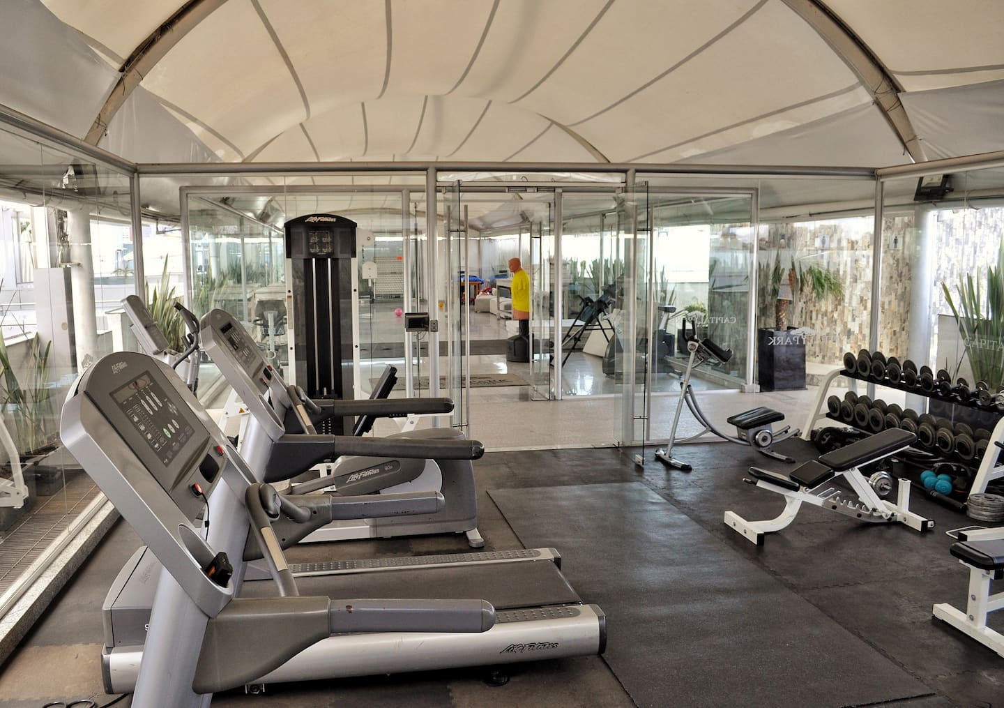 VRBO Mexico City: A gym with treadmills and free weights