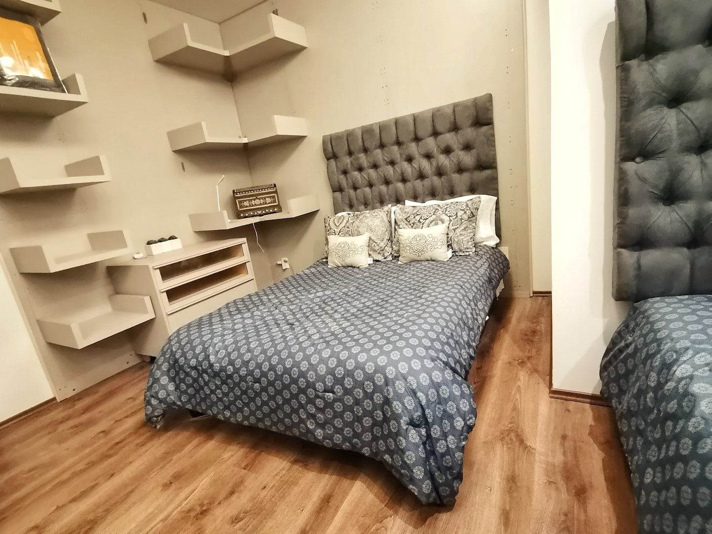 VRBO Mexico City: Two beds inside a bedroom with grey & white comforters