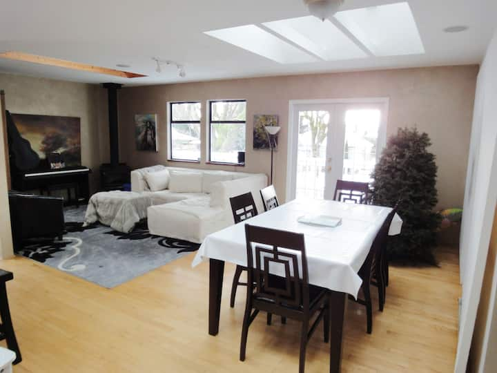 Airport Private Large Bright Home  with Skylights
