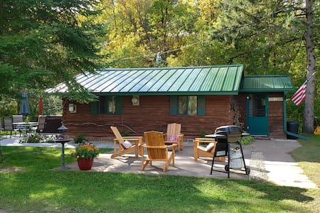 Bear Creek Country Cabin a cozy stay with hot tub