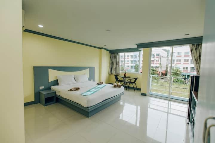 营业中 新房促销 设施齐全 芭东海滩 位置俱佳  超大阳台大床房 长租首选