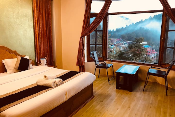 Bedroom with Mashbra valley view.