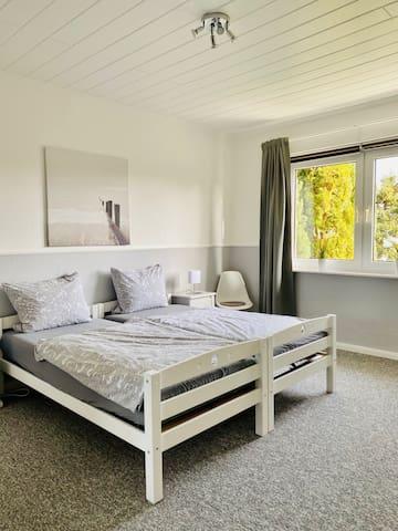 2. Schlafzimmer mit Doppelbett: 180x200. Das Bett kann auch auseinandergestellt werden.