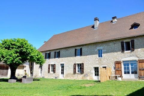 Appartement avec jardin dans maison en pierre