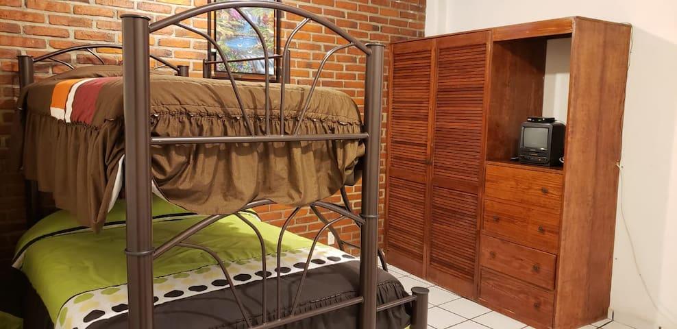 Habitación principal, con 2 camas matrimoniales y 1 individual