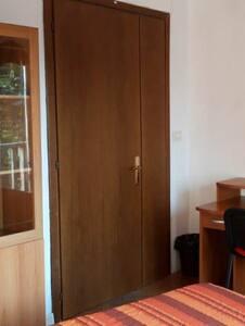 porta di ingresso alla camera larga oltre 1 metro