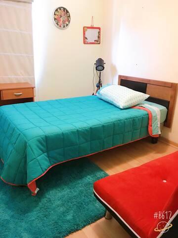 Dormitorio secundario con cama, futón y escritorio (2 personas)