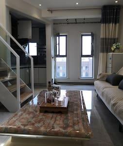 这是进门后的客厅,入小区后进楼宇门,进电梯,进房间,没有一个楼梯!