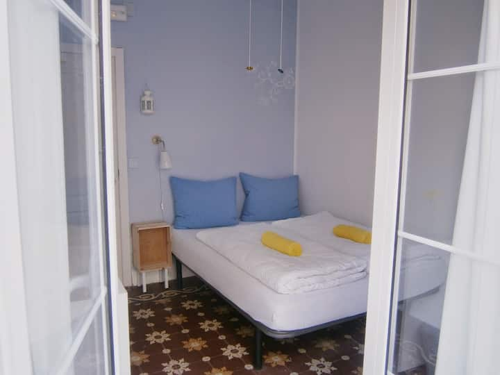 Hostel-Room with Balcony in Center (monthly rent)
