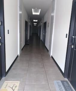 El pasillo no tiene escalones...ni la entrada al Apartamento