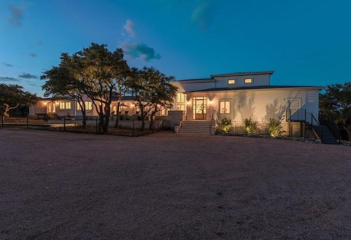 Grand Villa: 9000 sqft Estate/Pool/HotTub/Sleeps35