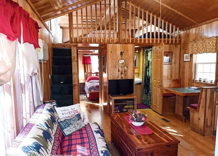 Loft Cabin. Treehouse ambiance & lake nearby.