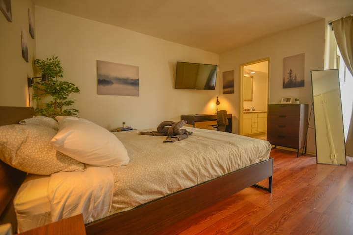 E.C2- Very Spacious Private Room+Bath w/ Patio