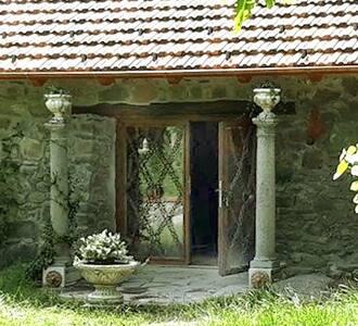 Nessuno scalino per entrare. La porta è molto ampia ed entrambe le porte si possono aprire fino ad una ampiezza di oltre due metri.