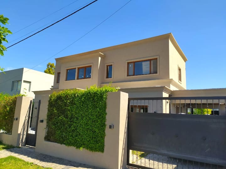 Casa con Pileta en inmejorable zona