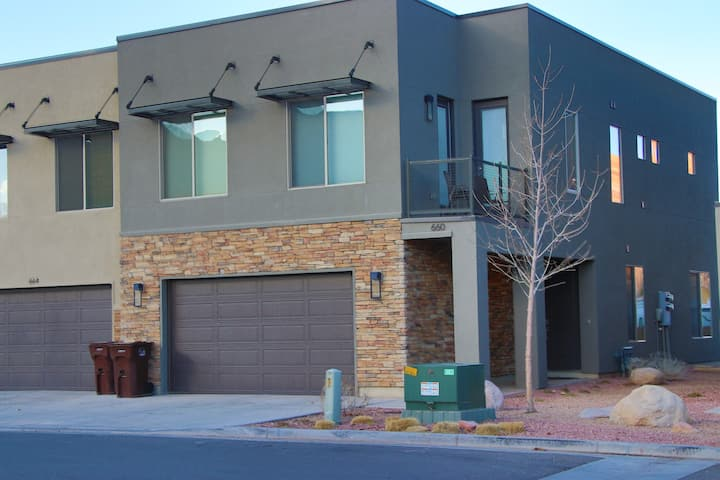Luxury Entrada Townhome - your base for adventure!
