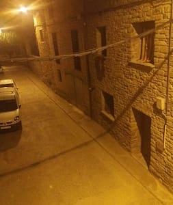 calle principal de acceso . vista nocturna