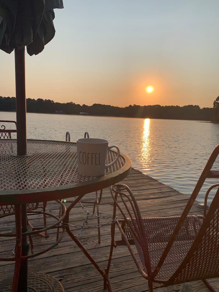Lakefront Cottage Renovated, Dock, Firepit, Kayaks