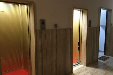 Non ci sono barriere architettoniche. Siamo al terzo piano e ci dono due ascensori