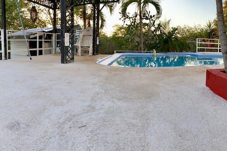 Area de piscina con una pérgola y rampa para fácil acceso