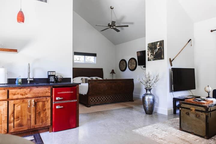 New & stylish downtown 1-BR mini-villa w/hot tub
